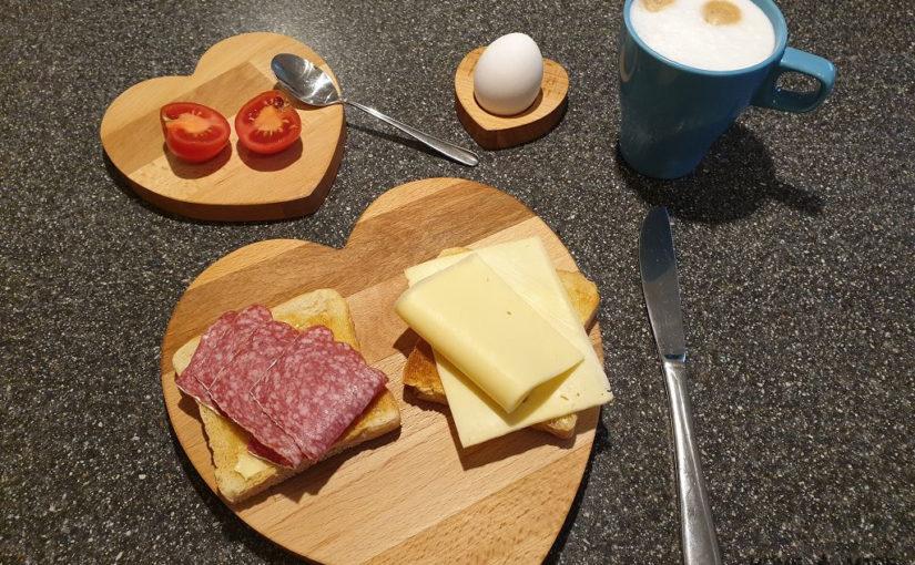 Lustige Frühstücks-Brettchen und Eierbecher